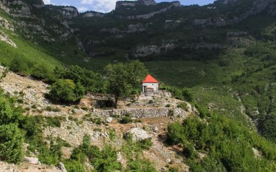 House higher up in the natural amphitheater of Nikc valley