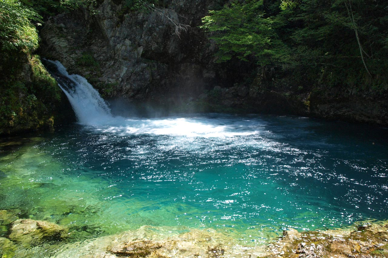 The colourful Blue Eye karst spring